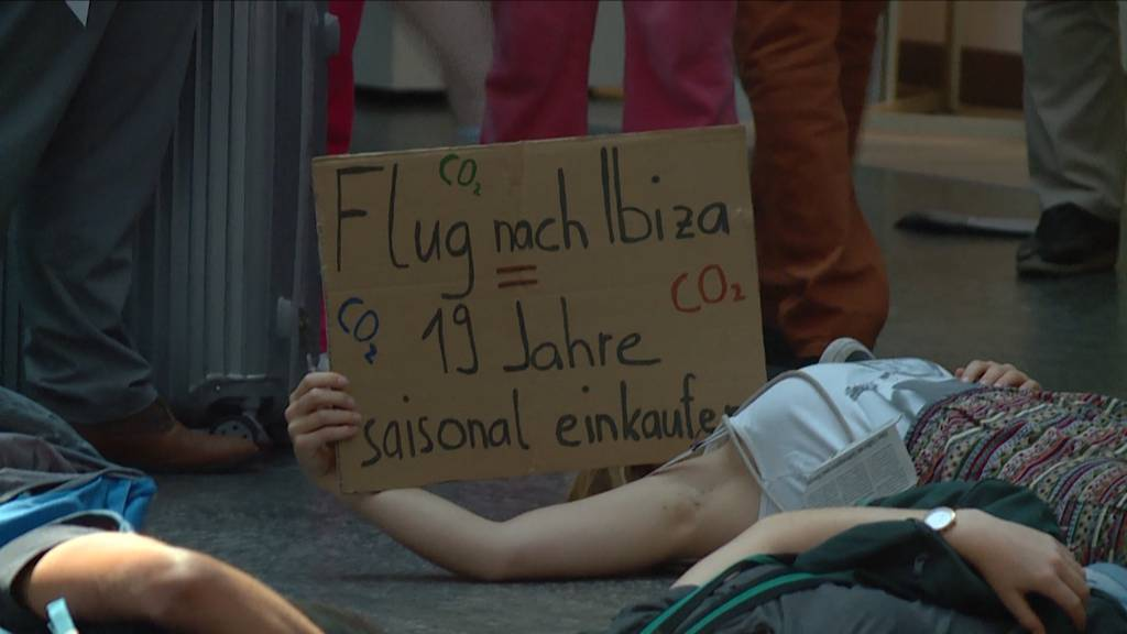 Klimaaktivisten demonstrieren am Flughafen Zürich