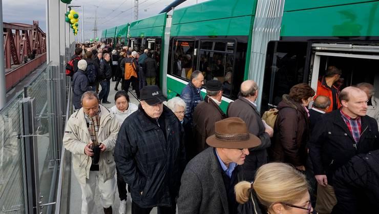 Das 8er-Tram bei der Endhaltestelle in Weil am Rhein Zentrum: An manchen anderen Haltestellen war der Andrang noch grösser. Die Trams waren so voll, dass niemand mehr einsteigen konnte.
