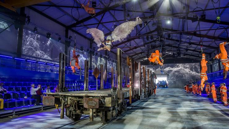 «Sacre del Gottardo»: Eine archaische Geschichte über Natur, Mensch und Maschine mit 600 Darstellenden inszeniert.