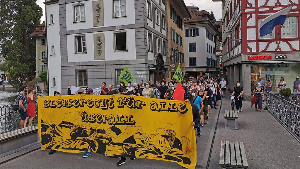 Rund 200 Personen demonstrieren in Luzern für Flüchtlinge