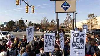Protestierende äussern ihren Unmut Walmart gegenüber