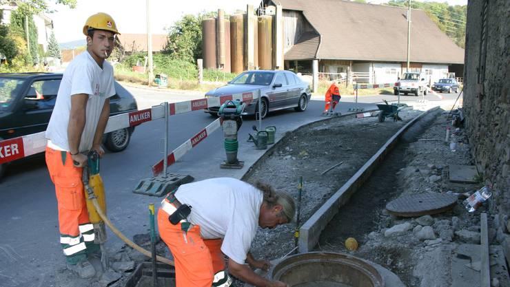 Mit Pressluftbohrer und anderen Mitteln wird der «Dachlisser Busen» wieder entfernt. (Bild: Werner Schneiter)