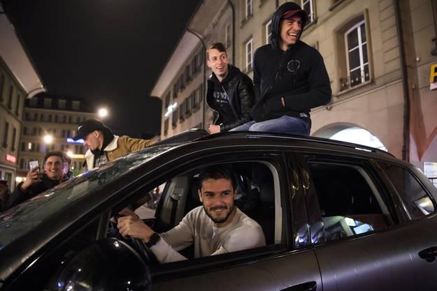 Die Spieler Christian Fassnacht, Loris Benito, Sandro Lauper und Gianluca Gaudino jubeln mit den Fans