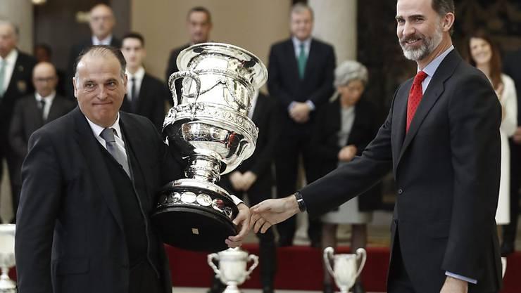 """Spaniens Liga-Präsident Javier Tebas erhielt vor einer Woche vom spanischen König Felipe VI  den """"Stadium Cup"""" überreicht"""
