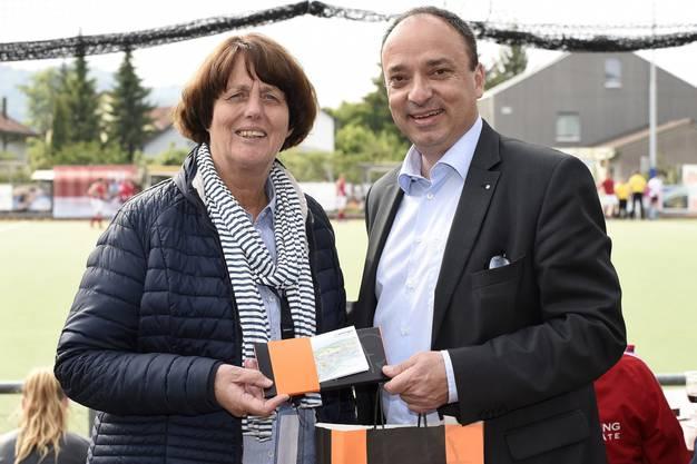 Marijke Fleuren, Präsidentin des europäischen Landhockeyverbandes EHF mit Markus Dieth, Gemeindeammann von Wettingen