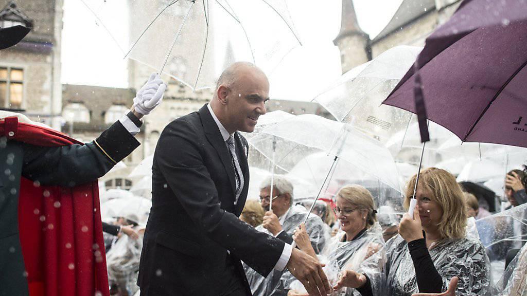 Im Regen: Kulturminister Alain Berset begrüsst im Landesmuseum-Innenhof Gäste der offiziellen Eröffnungsfeier.