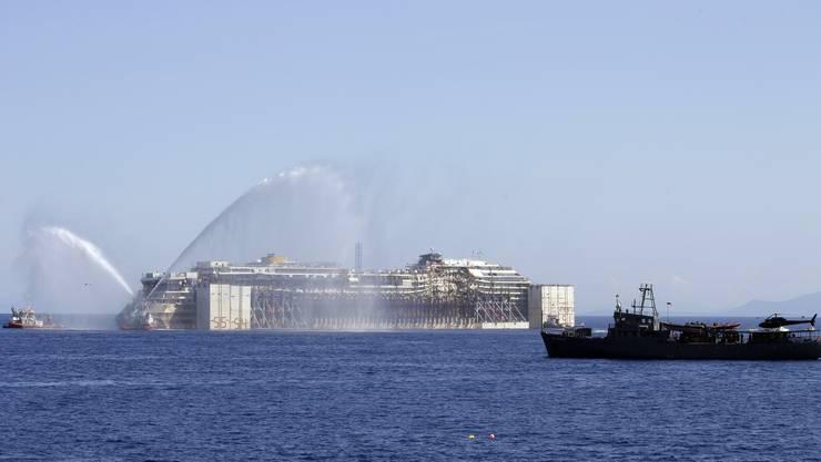 Zwei Schiffe «salutieren» der Costa Concordia