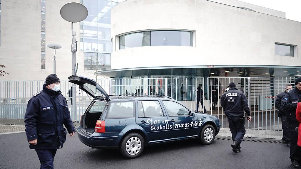 Auto dringt in Berlin an Tor des Kanzleramts vor