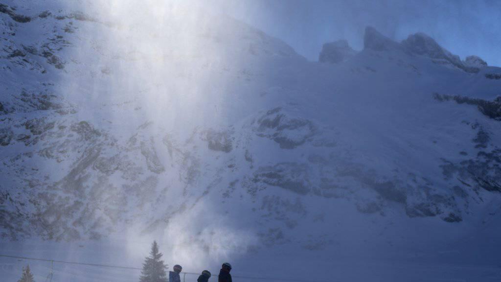 Der Saisonbeginn war vor allem für die Innerschweizer Skigebiete schwierig. Ohne Beschneiung - wie hier im Skigebiet Titlis oberhalb von Engelberg - wäre Skifahren im Dezember vielerorts nicht möglich gewesen.