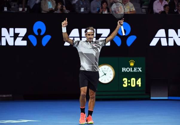 In einem dreistündigen Abnützungskampf behält Federer bei seinem Grand-Slam-Comeback die Oberhand. Zudem besiegt er den Wawrinka-Fluch. Noch nie hatte er bis zu diesem Turnier einen Grand-Slam-Titel an sich reissen können, nachdem er seinen Landsmann ausgeschaltet hatte. Im darauffolgenden Final bezwingt Federer Dauerrivale Nadal ebenfalls in fünf elektrisierenden Sätzen. (Bild: Keystone)