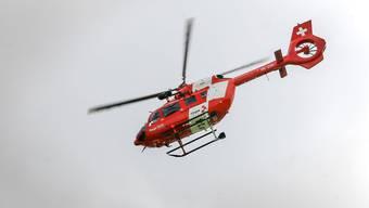 Ein Rega-Helikopter brachte den Velolenker ins Spital. (Archiv)