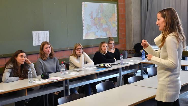 Heidi Schenker erzählt der Klasse an der Kanti Olten ihre Geschichte.