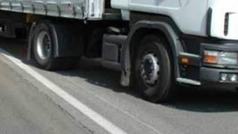 Der 75-Jährige wollte den LKW aufhalten, der im Fahrverbot unterwegs war. (Symbolbild)