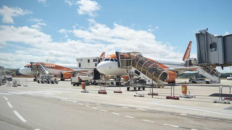 Die Basler Regierung muss darüber berichten, ob Schulabschlussreisen mit dem Flugzeug, wie in einer Petition gefordert, generell verboten werden sollen.