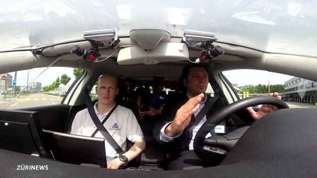 Selbstfahrendes Auto kurvt durch Zürich