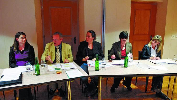 Contra und Pro:  Nadja Pieren, SVP, und Christian Waber, EDU, – beide kontra – sowie Moderatorin Jolanda Brunner, Käthi Wälchli, SVP, und Kathrin Zumstein, FDP, – beide pro – (von links).
