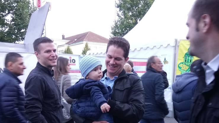 Mit dabei an der MIO ist auch Kantonsrat und Nationalratskandidat Christian Werner, Mitte, hier mit seinem Sohn. Rechts erkennbar ist Kantonsrat Matthias Borner