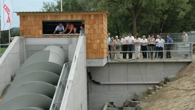 Die erste Wasserschnecke im Aargau: Die Gäste inspizierten an der gestrigen Einweihung das Kraftwerk.  kus