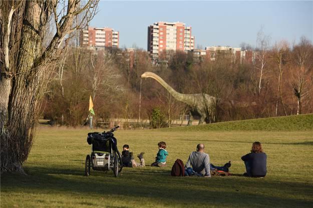 Es scheint, als würde selbst der Dino im Park zum Grünen sein Köpfchen strecken.
