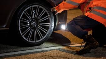 Ist mit den Reifen alles in Ordnung? Bentley in der Polizeikontrolle.