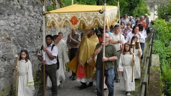 Die Prozession in Laufenburg auf dem Weg vom Alten Zeughaus in die Kirche
