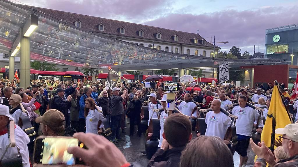 Tausende Personen demonstrieren gegen «Zerti-Diktatur»