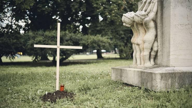 Schützenmattpark. Eine unbekannte Täterschaft hat neben dem Dankbarkeitsdenkmal von Georges Salendres ein Grab unbekannten Inhalts angelegt.