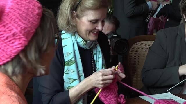 Tag der Frau: Nationalräte stricken für mehr Gleichberechtigung
