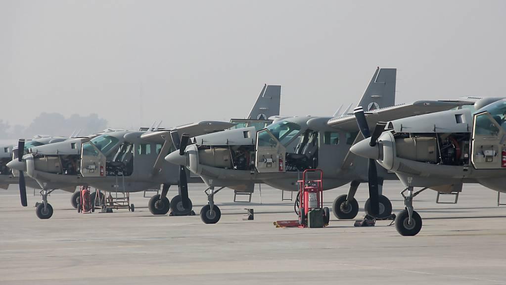 Flugzeuge vom Typ Cessna 208 stehen auf dem Flugfeld in der afghanischen Hauptstadt Kabul. Laut eines Berichts des US-Generalinspektors für den Wiederaufbau in Afghanistan wird die für den Kampf gegen die Taliban wichtige afghanische Luftwaffe zunehmend überbeansprucht.