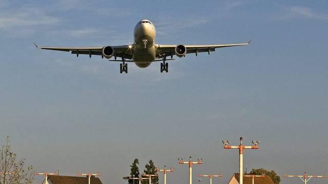 Ein Flugzeug im Landeanflug am Flughafen Zürich (Archiv)