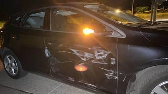 Beim verbotenen Überholmanöver streifte die Frau zwei Autos.