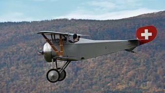 Der Jagd-Doppeldecker während seines Jungfernflugs vor der Kulisse des Grenchenbergs.
