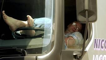 Lastwagen-Chauffeuren müssen ihre Lenk- und Ruhezeiten verpflichten. (Symbolbild)