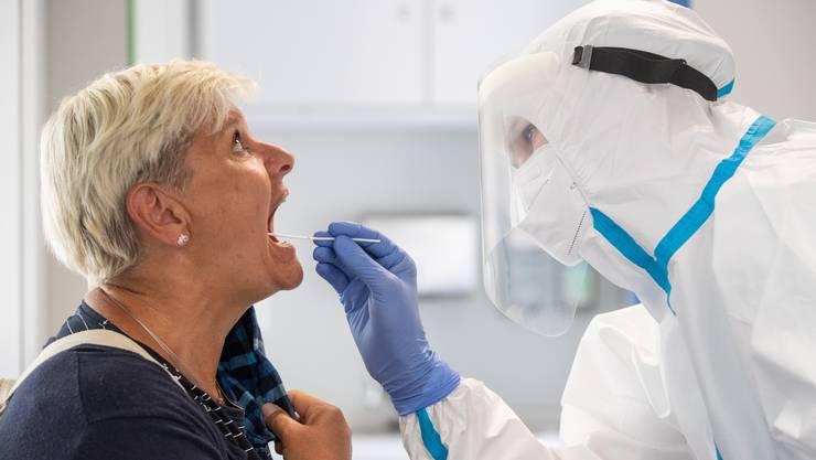 Sowohl für die Schnelltests als auch die bisher eingesetzten PCR-Tests ist ein Nasen- und Rachenabstrich nötig.