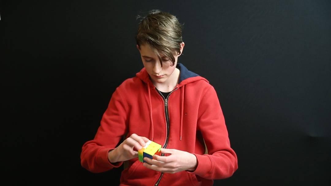 Speedcuber Mike Ditton zeigt, wie man einen Zauberwürfel löst