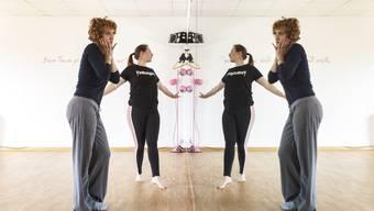 Tanja Baumberger (vorne) und ihre Tanzlehrerin Nora Bichsel studieren die passenden Gesten einer Hollywood-Diva ein.