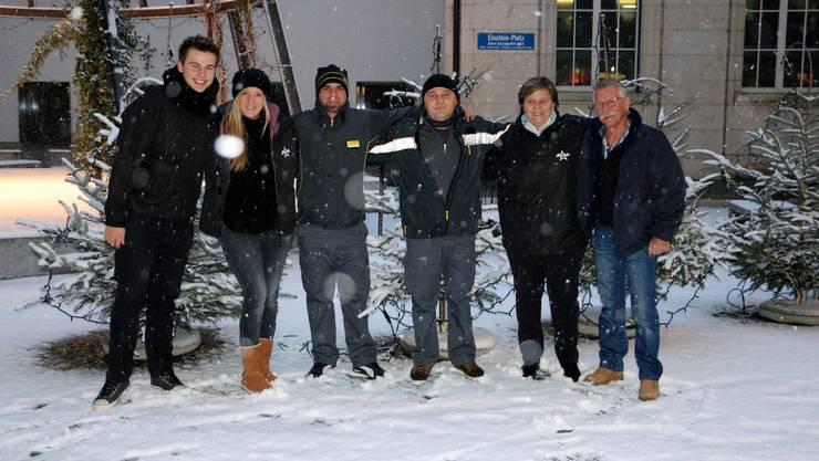 <p>Die Post Logistics Chauffeure Kryziu Altin, Nue Giokaj und Wädi Wyss unterstützen uns beim Geschenke verteilen.</p>