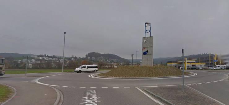 Das Bild (von Google Street View), das für das Online-Voting beim Tagesanzeiger verwendet wurde, war kein aktuelles. Der Steinhaufen ist mittlerweile mit einer grünen Wiese und Gräsern überwachsen.