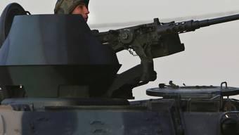 Ein libanesischer Soldat in einem Panzer