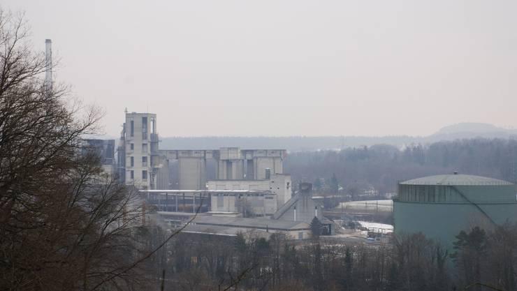 Neben dem Öltank rechts im Bild plant die Jura Cement den Bau zweier Zwischenlagerhallen. Irena Jurinak