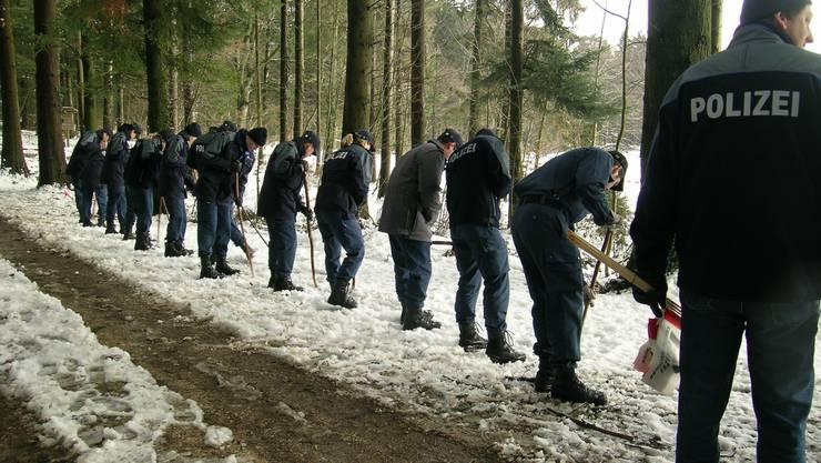 Januar 2004: Polizeischüler bei der Spurensuche nach dem Fund eines toten Säuglings im Dälwyteli in der Gemeinde Bettlach.  Archiv/oliver menge