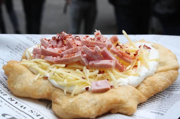 Fettige Kalorienbombe aus Ungarn: Lángos am Messeplatz