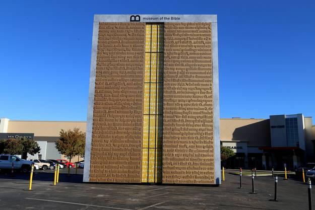 """""""Gutenbergs Tor"""" markiert den Eingang zum Museum. Darauf prangen die ersten 80 Zeilen der Genesis in Latein, wie sie in der Gutenberg-Bibel gedruckt wurden."""