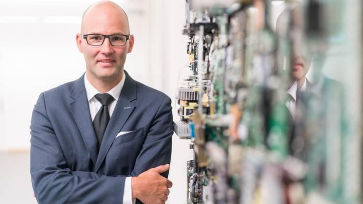 Mit seiner Tochter bastelte Stephan Walder eine Skulptur aus Teilen beschlagnahmter Computer. Als Staatsanwalt bastelt er aus seltsamen E-Mails Indizienketten, die zu Kriminellen führen.
