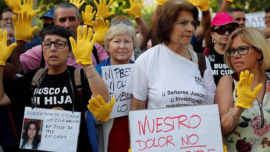 Vor dem Gerichtsgebäude demonstrierten Dutzende Betroffene und Sympathisanten.
