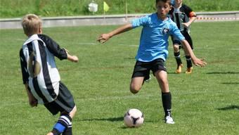 Gar nicht so einfach, den Jungstars der AC Mailand den Ball abzuluchsen. Hier probierts die Nummer 6 des FC Wil am Nicoletti-Cup 2012.ZVG