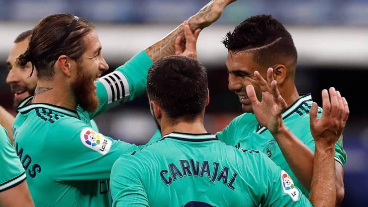 Casemiro (rechts) bekommt Glückwünsche von Captain Sergio Ramos