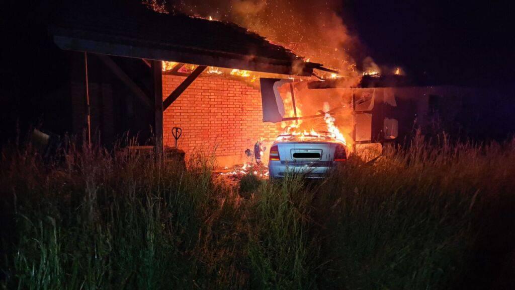 Ein betrunkener Automobilist ist im freiburgischen Galmiz bei einem Selbstunfall in eine Scheune geprallt. Das Fahrzeug geriet in Brand und die Flammen dehnten sich auf das Gebäude aus. Der verletzte Fahrer konnte sich rechtzeitig vor den Flammen retten.