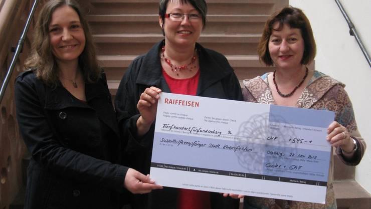 Michèle Schoch-Clemençon (Mitte) übergibt Vizeammann Brigitte Rüedin (rechts) und der Leiterin des Sozialdienstes, Francine Cabaco-Rouiller (links) einen Check über 585 Franken.