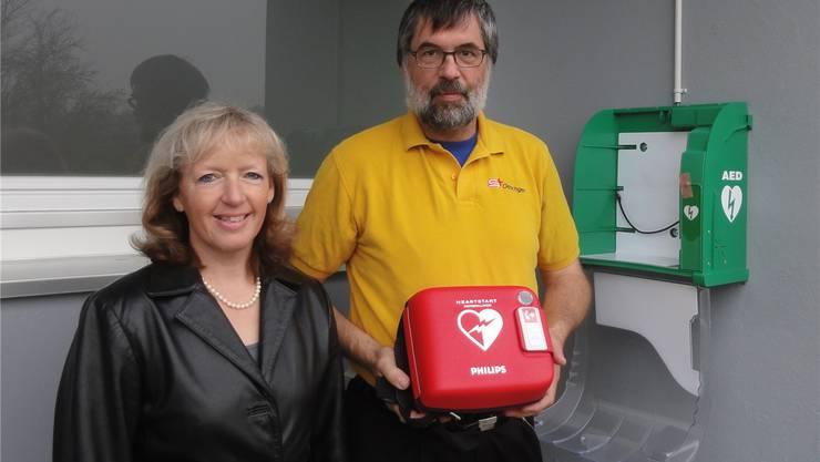 Frau Vizeammann Gabriele Wiese und Beni Laim vom Samariterverein beim öffentlich zugänglichen Defibrillator.